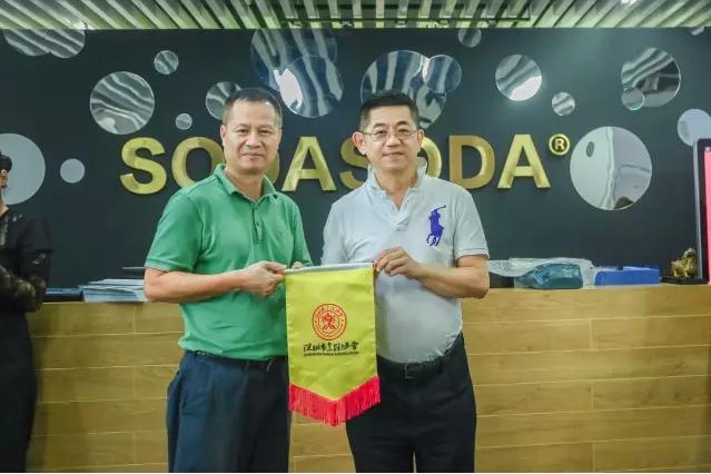 深圳 市 烹饪协会黄平会长暨会员单位一行对 SODASODA 进 行商务考察