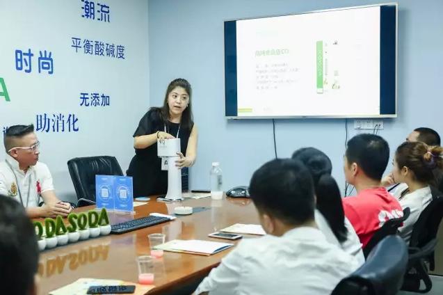 深圳烹饪协会会长黄平参观泰森宝,给气泡水生态系统点赞!